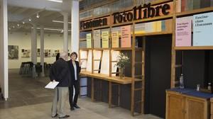 La entrada de la nueva sede de Foto Colectania mantiene elementos de mobiliario de la antigua Comercial deGuarnicionería, la tienda que ocupó el local desde principios del siglo XX.