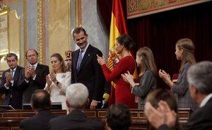 Felipe VI recibe aplausos tras su discurso en el Congreso.