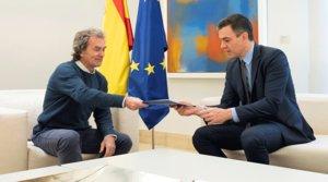 Fernando Simón entrega al presidente del Gobierno, Pedro Sánchez, el informe sobre las 'Recomendaciones sanitarias para la estrategia de transición', en la Moncloa el 26 de abril.