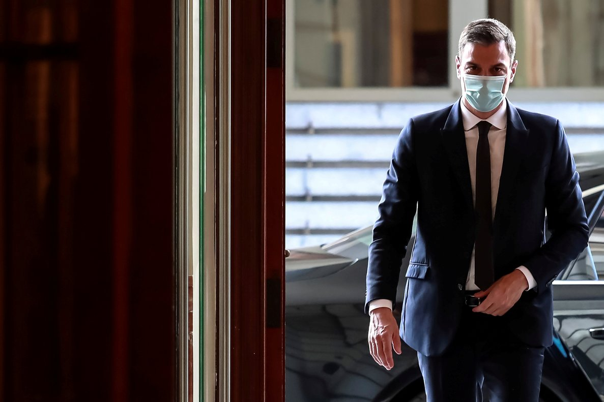 FILE PHOTO: Spanish Prime Minister Pedro Sanchez wears a face masks as he arrives to attend a session to request a sixth extension of the state of emergency amid the coronavirus disease (COVID-19) outbreak at Parliament in Madrid, Spain, June 3, 2020. Dani Duch/Pool via REUTERS/File Photo