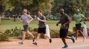 Mark Zuckerberg, corriendo con unos amigos.