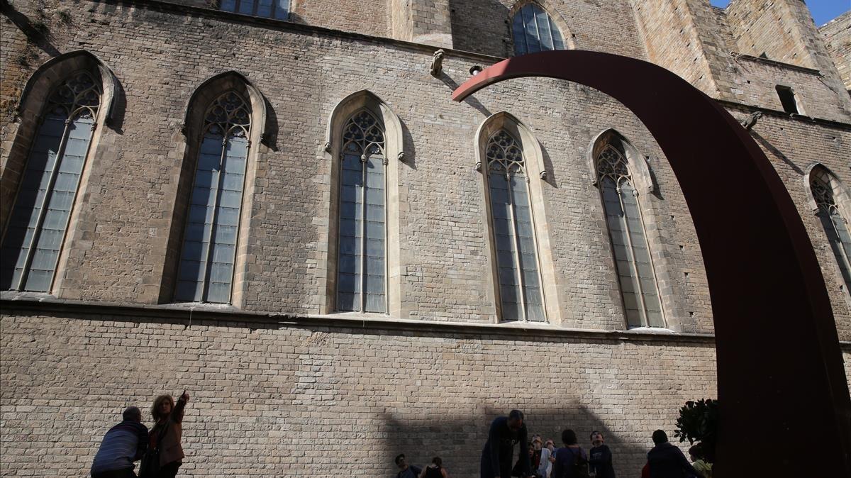 El Fossar de les Moreres, con la iglesia de Santa Maria del Mar al fondo.