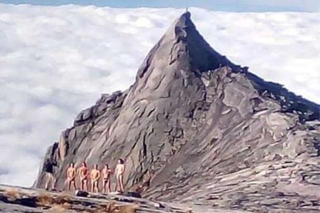 La foto de los turistas desnudos en la montaña Kinabalu, en Malasia.