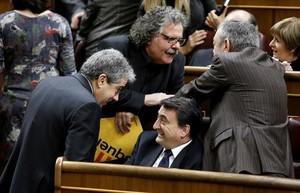 Francesc Homs (DLl) y Joan Tardà (ERC) conversan con Aitor Esteban (sentado) y otro diputado del PNV.
