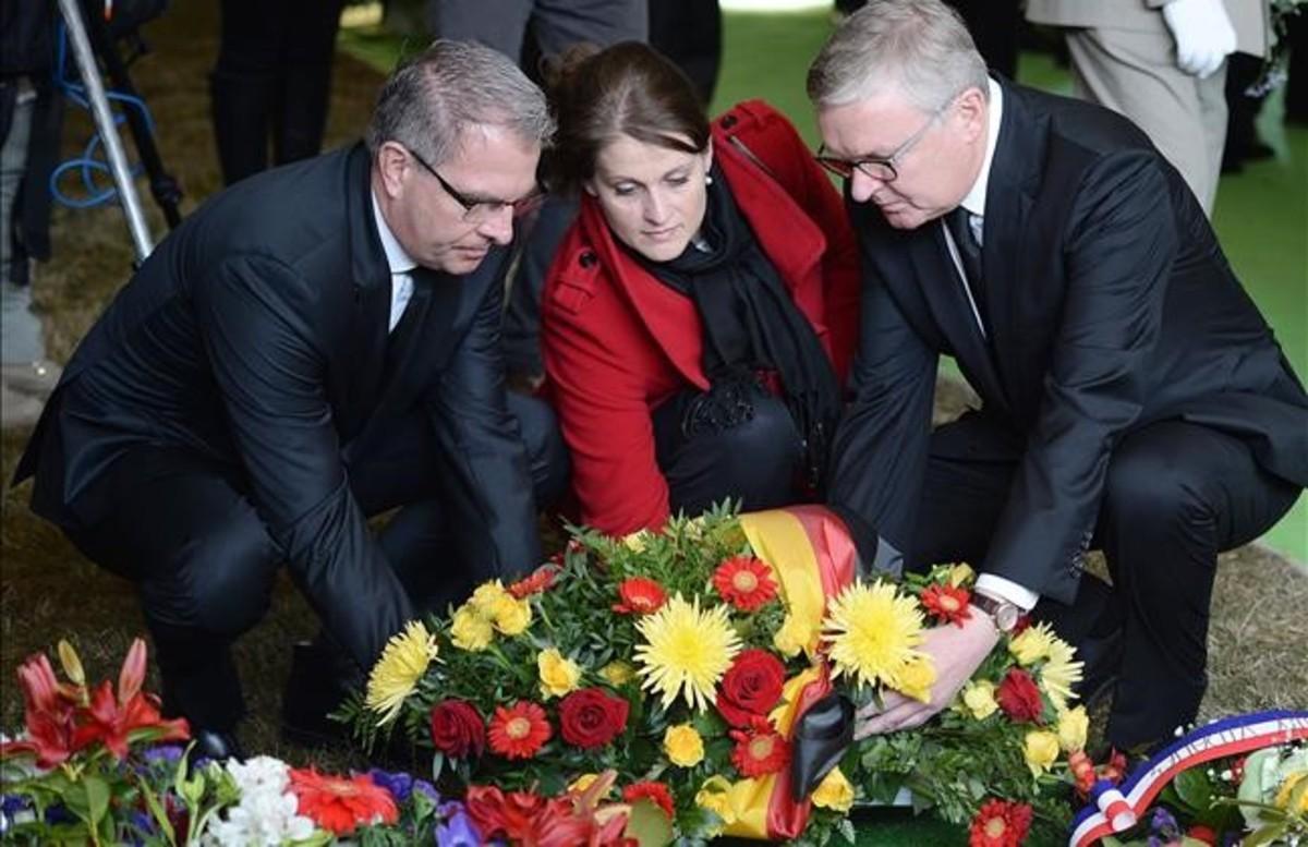 Responsables de Germanwings y autoridades francesas y alemanas depositan una corona en el municipio de Le Vernet.
