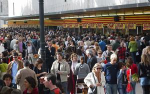 Un gran número de barceloneses frente a la parada de libros de El Corte Inglés, el pasado Sant Jordi.