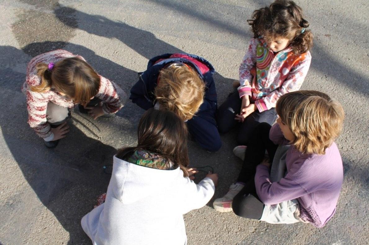 Un grupo de escolares de Barcelona en la hora del recreo.
