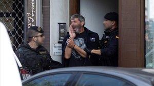 La Guardia Civil acompaña a uno de los detenidos durante un registro, el pasado 23 de septiembre.