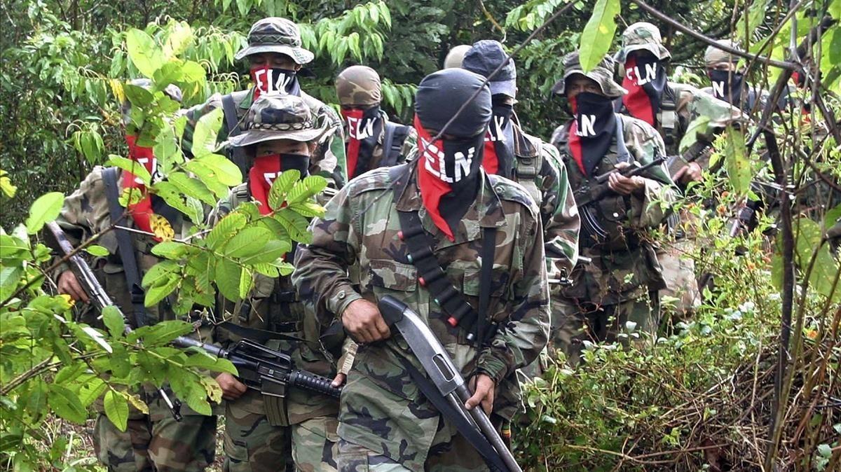 Una columna de guerrilleros del ELN en la selva de Antioquia en una fotografía del 2004.