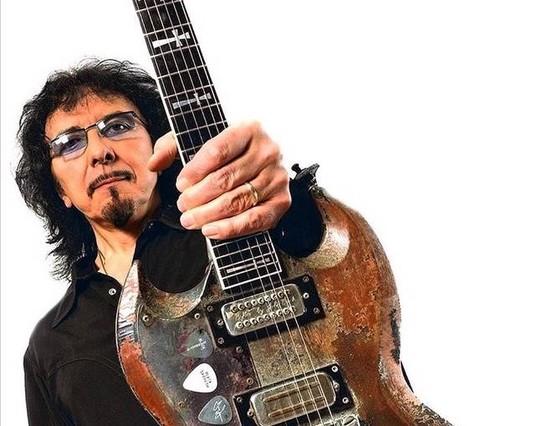 El guitarrista Tony Iommy patentó unos fraseos lengos, oscuros y pesados que imitaron miles de guitarristas.