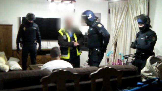 La Policía Nacional ha dado por desarticulada una presunta organización de traficantes de hachís que llevaba operando en España cerca de 15 años, en las provincias de Málaga y Cádiz dirigida desde Gibraltar, en el marco de una operación que se ha saldado con 21 detenciones.