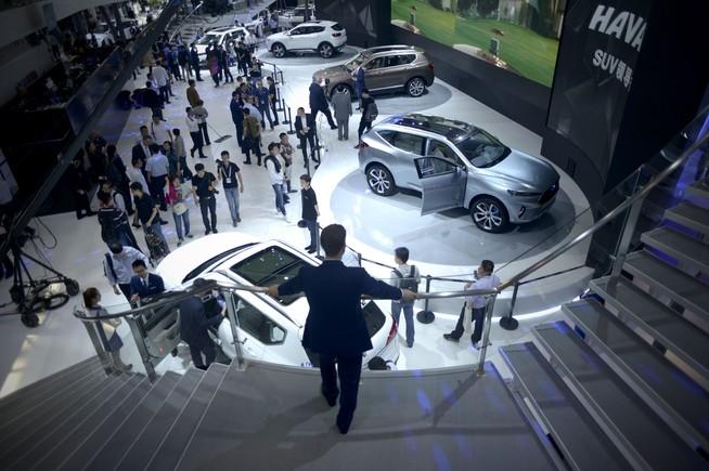 Visitantes en el espacio expositivo de Haval SUV.