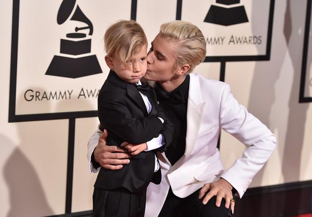 Justin Bieber y su hermano en los premios Grammy.