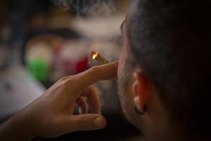 Un fumador consumeix cànnabis a l'interior del Club La Maca, a Barcelona.