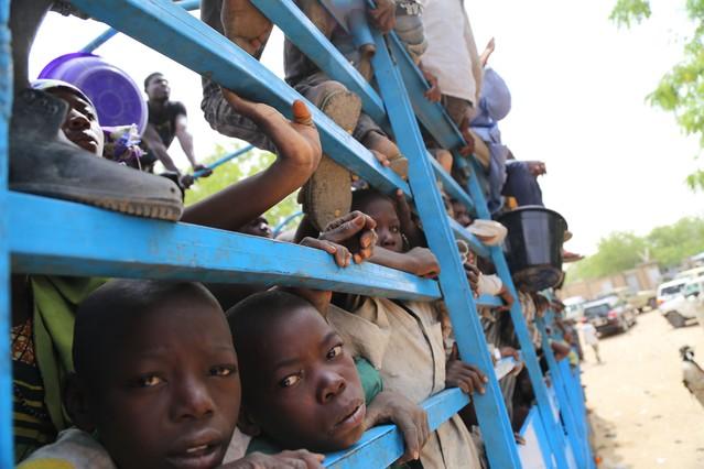 Imagen de niños siendo evacuados de las islas nigerianas del lago Chad por el temor a ser atacados por Boko Haram.