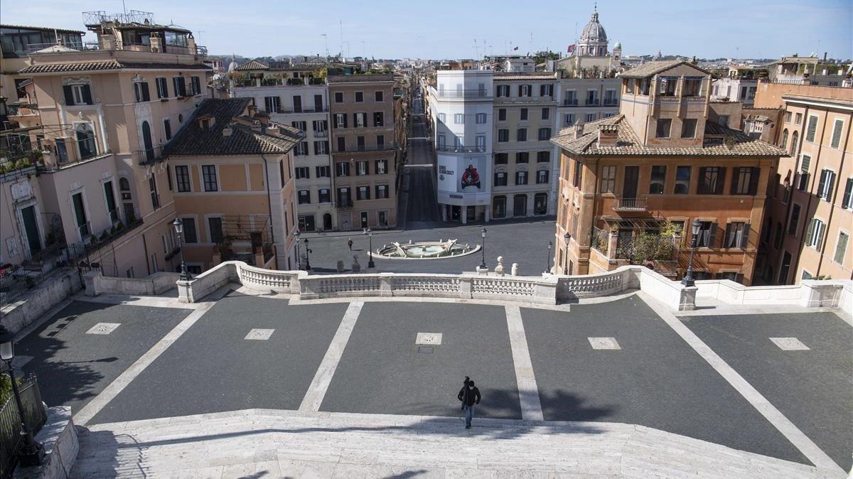 Imagen de la plaza de España de Roma, prácticamente desierta, este lunes.