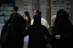 Mujeres migrantes musulmanes pasean por las calles de Canadá con sus velos.