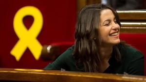 Inés Arrimadas, muy sonriente, durante el pleno de esta mañana.