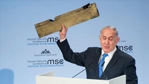 Netanyahu muestra el trozo del supuesto drone iraní que Israel asegura derribó la semana pasada mientras sobrevolaba su territorio.