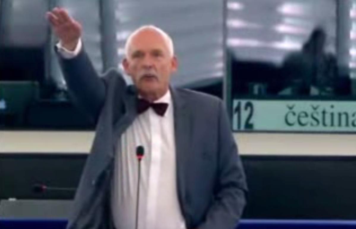 Un eurodiputado polaco hace el saludo nazi en el pleno del Parlamento Europeo.