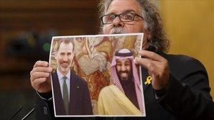 Sesion de Control al Gobierno en el Congreso de los Diputados,Joan Tarda, portavoz deERC, muestra una foto del rey Felipe VI