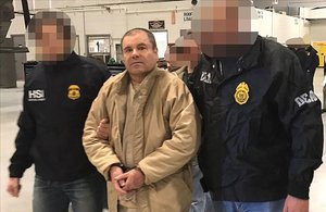 Joaquín El Chapo Guzmán, escoltado en Ciudad Juárez por la policía mexicana para su extradición a Estados Unidos.