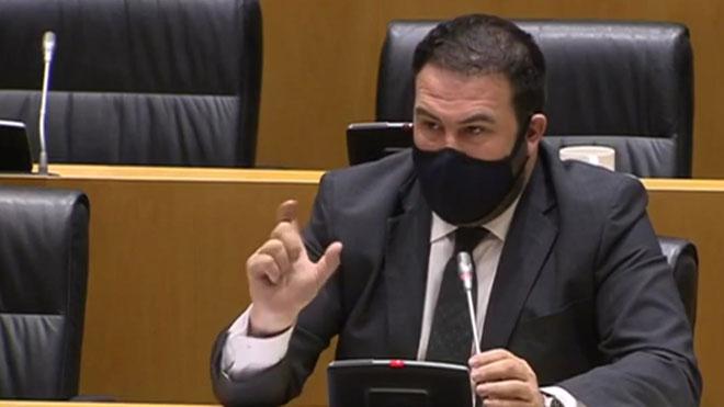 El diputado de EH Bildu Jon Iñarritu, expresando su rechazo y condena al atentado que acabó con la vida del hijo del diputado de Vox Antonio Salvá.