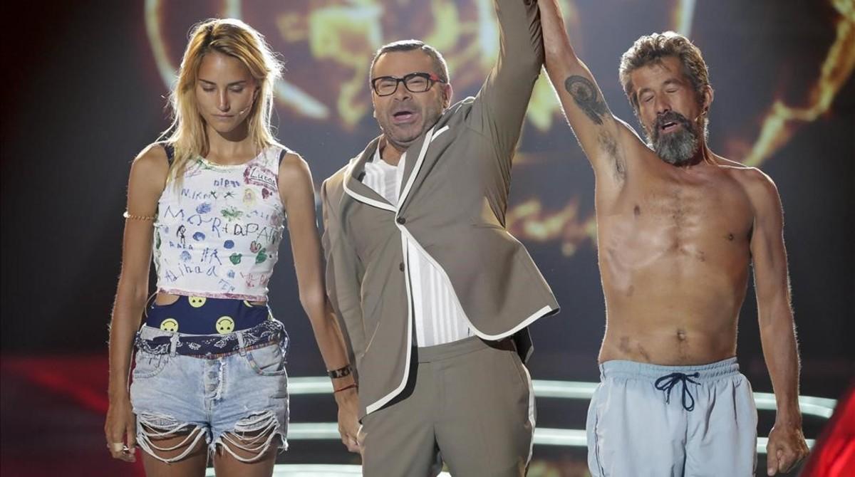 Jorge Javier Vázquez alza el brazo de José Luis Losa como ganador de Supervivientes 2017 en presencia de Alba Carrillo.