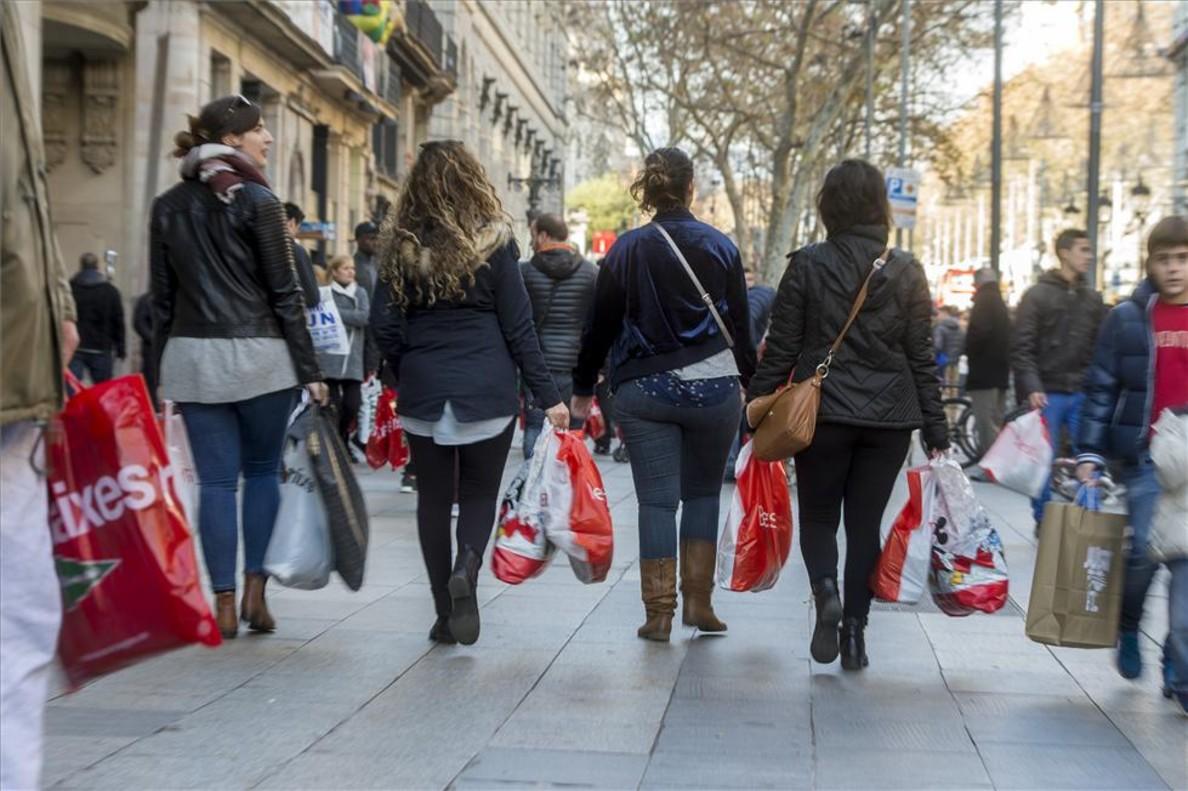 Jornada de rebajas de comprasen el centro de Barcelona a prinicpios del 2017.