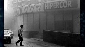 Un policía momentos después del atentado en Hipercor, en 1987