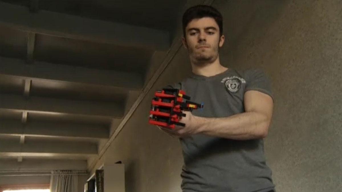 Un joven español, que nació sin un brazo, construye su propia prótesis con piezas de Lego.