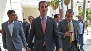 Juan Guaidó llega a la sede de la Asamblea Nacional.