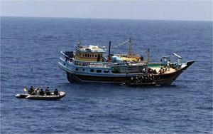 Lanchas de la fragata española Navarra se aproximan a un pesquero iraní para auxiliarle tras un ataque pirata en aguas de Somalia, en el 2010.