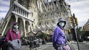 Turistas paseando por delante de la Sagrada Família, el pasado 27 de febrero.