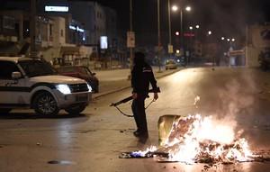 Las fuerzas de seguridad buscan en Ettadhamen, en la periferia de Túnez, a algunos participantes en las protestas, en la noche del miércoles.
