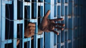 Las manos de un preso en la cárcel. Foto de archivo.