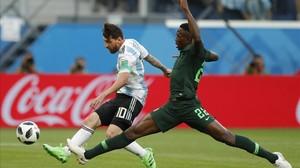 Leo Messi adelantando a Argentina en el partido contra Nigeria.