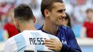 Leo Messi y Antoine Griezmann se saludan en un Argentina-Francia del Mundial-2018.