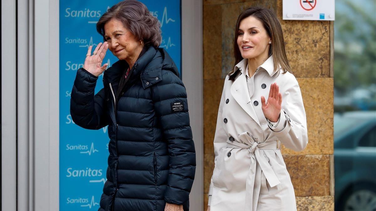 Sofía y Letizia saludan a curiosos y periodistasa las puertas del hospital.