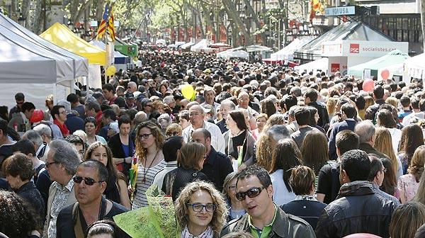 Libros y rosas llenan las calles de Barcelona por Sant Jordi.