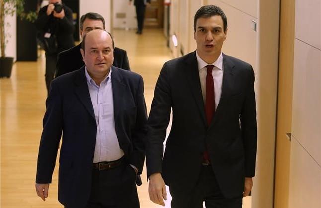 El líder del PSOE, Pedro Sánchez, con el del PNV, Antonio Orduzar, en una reunión reciente sobre investidura