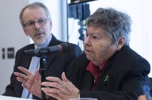 Lise Blais Mario Bujold, cuyo esposo murió de cáncer de pulmón, valora la sentencia judicial, este lunes en Montreal.
