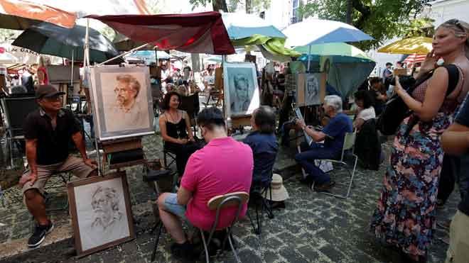 Los artistas de Montmartre, en París, se plantean irse ante la proliferación de terrazas en el barrio.