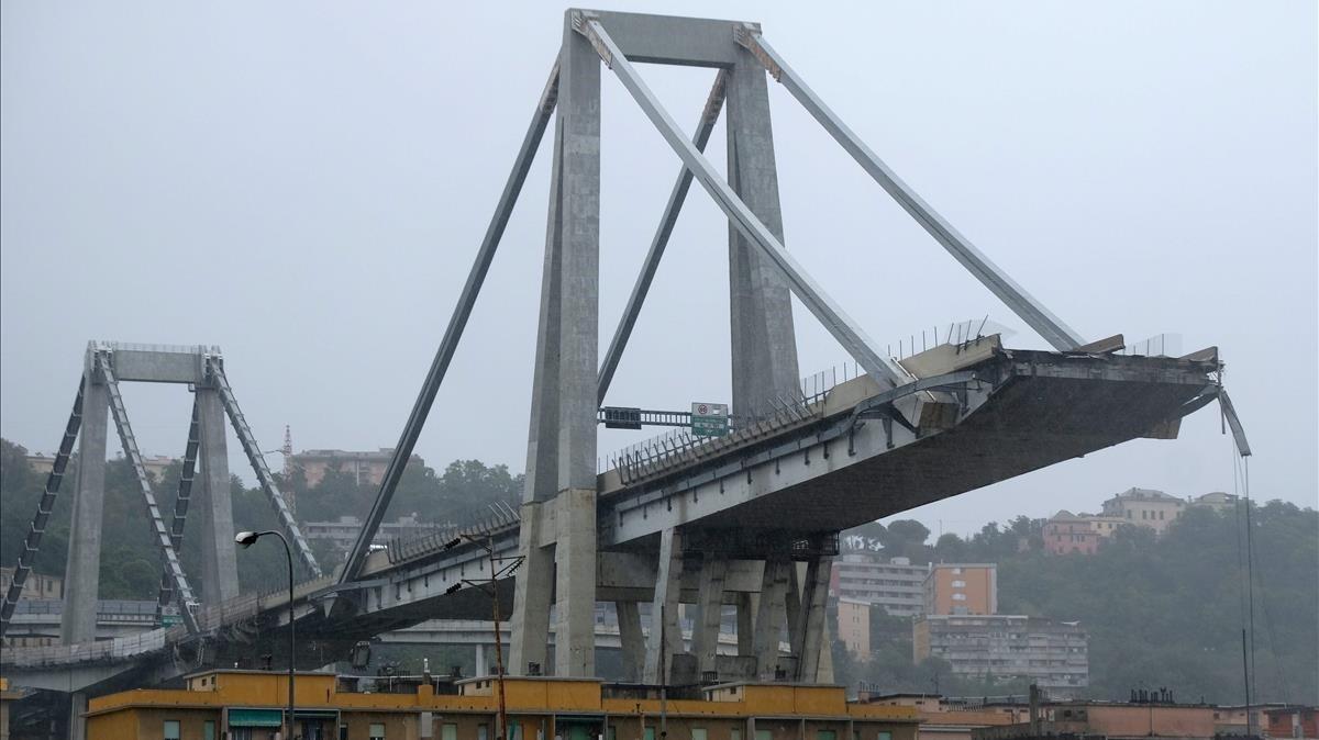 Los escombros del puente que ha colapsado en Génova.