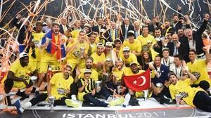 Los jugadores del Fenerbahçe celebran el primer título europeo deun equipo turco.