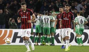 Los jugadores del Milan Cutrone, Suso y Musacchio, tras encajar en el campo del Betis en la pasada Europa Leguae.