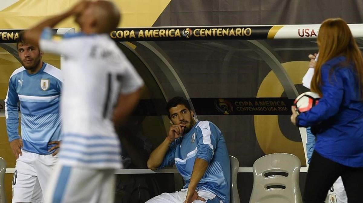Luis Suárez, enfadado en el banquillo, durante el Uruguay-Venezuela.
