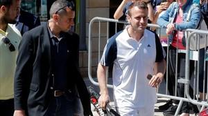 Macron, con una raqueta de tenis, sale de su casa, en Le Touquet, para ir a jugar un partido, el 17 de junio.