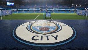 El escudo del Manchester City en el Etihad Stadium.