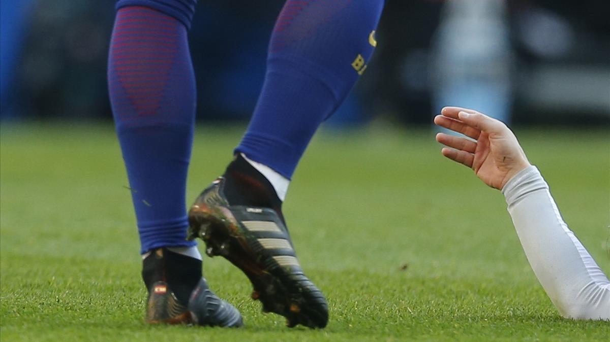 Las piernas de Rakitic y el brazo caído de Modric, fotografía metáfora del clásico del 23 de diciembre.